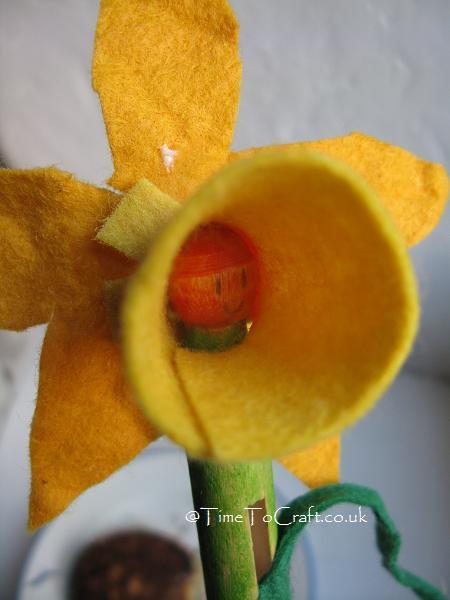 peg and felt daffodil
