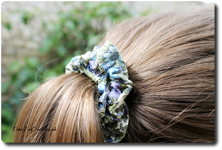 how to make a scrunchy hair band making a ponytail close up
